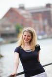Freundliche lächelnde blonde Frau Stockfotografie