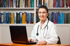 Freundliche lächelnde DoktorLaptop-Computer Lizenzfreies Stockbild
