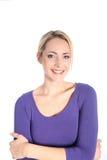 Freundliche lächelnde junge blonde Frau im Studio Lizenzfreie Stockbilder