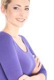 Freundliche lächelnde junge blonde Frau im Studio Stockfotos