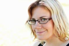 Freundliche lächelnde junge Frau Stockfotos