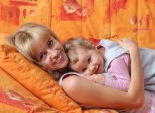 Freundliche Mama mit einer Tochter stockbild