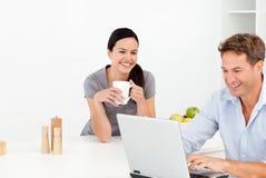 Freundliche Paare, die etwas auf Internet betrachten Lizenzfreie Stockfotos
