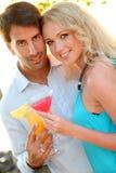 Freundliche Paare, die etwas trinken Stockfoto