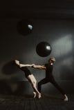 Freundliche positive Balletttänzer, die im Studio durchführen Stockfotos