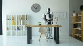 Freundliche Robotermaschine, die Sie begrüßt stock video footage