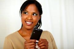 Freundliche schwarze Frau, die eine Meldung sendet Lizenzfreie Stockfotos