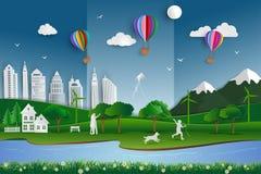 Freundliche Stadt Eco mit glücklicher Familie auf Papierkunstszenenhintergrund Lizenzfreies Stockbild
