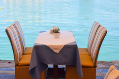 Freundliche Tabellen auf den Ufern Lizenzfreie Stockfotografie