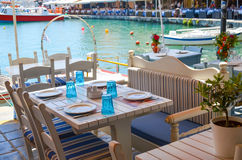 Freundliche Tabellen auf den Ufern Stockbilder