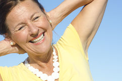 Freundlicher älterer Frauenhimmelhintergrund Stockfoto