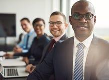 Freundlicher überzeugter afrikanischer Geschäftsmann lizenzfreies stockfoto