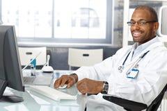 Freundlicher Arzt für Allgemeinmedizin Stockfotos