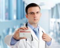 Freundlicher Arzt mit unbelegter Karte (Abzeichen). Stockfotos