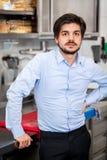 Freundlicher attraktiver Mann in einer Handelsküche Stockfotografie