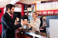 Freundlicher Barmixer At ein Café Lizenzfreie Stockfotos