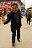 Freundlicher chinesischer Mann geben Friedenszeichen, Kaifeng Lizenzfreie Stockfotografie