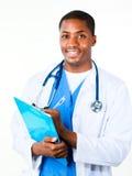 Freundlicher Doktor, der ein Klemmbrett anhält Stockbilder