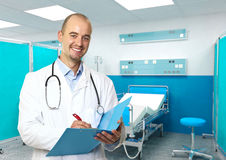 Freundlicher Doktor im Krankenhaus Lizenzfreies Stockbild