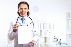 Freundlicher Doktor im medizinischen Büro Stockfotografie
