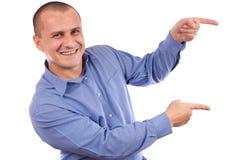 Freundlicher Geschäftsmann, der auf das copyspace zeigt lizenzfreies stockbild