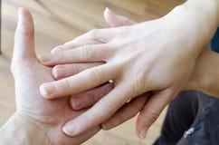 Freundlicher Händedruck Mann und Frau, die Hände rütteln Stockbilder