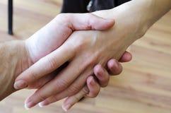 Freundlicher Händedruck Mann und Frau, die Hände rütteln Lizenzfreie Stockfotografie