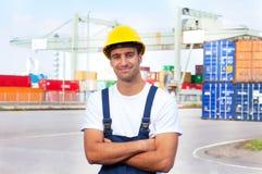 Freundlicher Hafenarbeiter bei der Arbeit stockfotografie