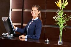 Freundlicher Hausmeister an der Hotelaufnahme Stockfotos