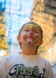 Freundlicher Junge mit Verfassung auf seinem Gesicht lizenzfreie stockfotos