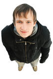 Freundlicher junger Mann, der Kamera und Lächeln betrachtet Stockfotos