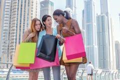Freundlicher Kauf Schönes Mädchen im Kleid, das Einkaufstaschen hält Stockfotos