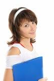 Freundlicher lächelnder Jugendlicher mit einem Faltblatt Lizenzfreies Stockbild