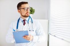 Freundlicher männlicher Doktor in seinem Büro Stockfotos