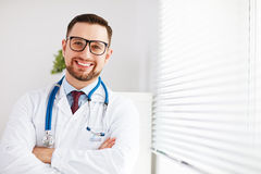 Freundlicher männlicher Doktor in seinem Büro Stockfoto