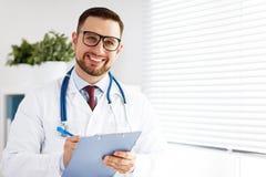 Freundlicher männlicher Doktor in seinem Büro Lizenzfreies Stockfoto