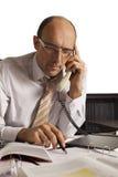 Freundlicher männlicher Fachmann am Telefon Lizenzfreies Stockfoto