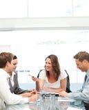 Freundlicher Manager, der mit ihrem Team spricht Lizenzfreie Stockbilder