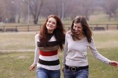 Freundlicher Park der Mädchen im Früjahr Stockbild