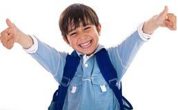 Freundlicher Schulejunge, der sich seine Daumen zeigt lizenzfreie stockfotografie