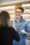 Freundlicher Service an der Optometrie lizenzfreie stockbilder