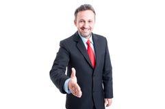 Freundlicher und überzeugter Geschäftsmann bereit zur Handerschütterung Stockbilder