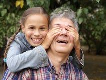Freundlicher Vater und Tochter stockfotografie