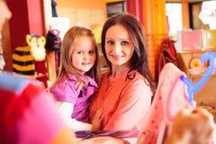 Freundlicher Verkaufs-Person At Children-` s Speicher Lizenzfreie Stockfotos
