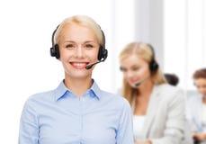Freundlicher weiblicher Hilfslinienbetreiber mit Kopfhörern Stockfoto