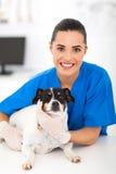Freundlicher weiblicher Tierarzt Stockfoto