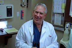 Freundlicher Zahnarzt in seinem Büro lizenzfreies stockfoto