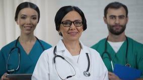 Freundliches Ärzteteam, fachkundiger Doktor und Pflegepersonalnotaufnahme stock video footage