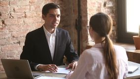 Freundliches Arbeitgeberhändeschütteln, das eingestellten Angestellten nach erfolgreichem Vorstellungsgespräch begrüßt stock footage