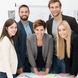 Freundliches erfolgreiches Geschäftsteam Lizenzfreie Stockfotos